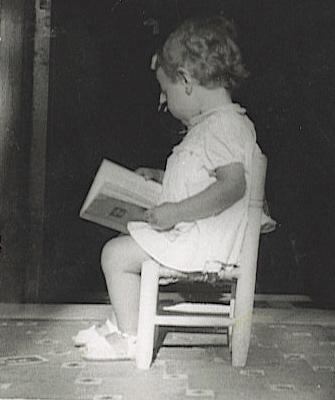 gloria-pequeña con libros 2